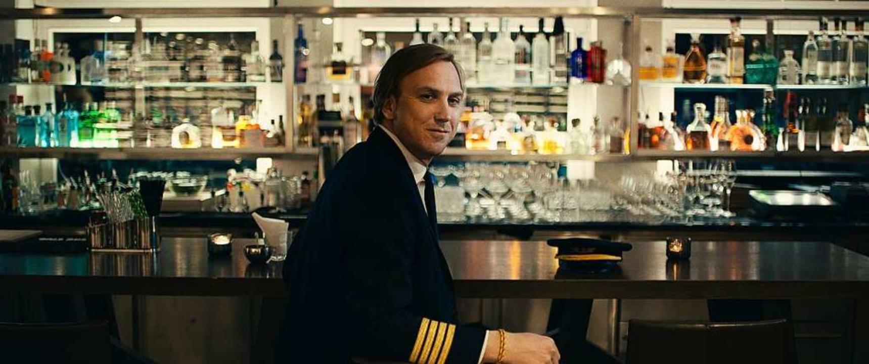 Stefan (Lars Eidinger) weiß, worauf Fr...ich auf eine Pilotenuniform<ppp></ppp>  | Foto: Jens Harant / Port au Prince Pictures