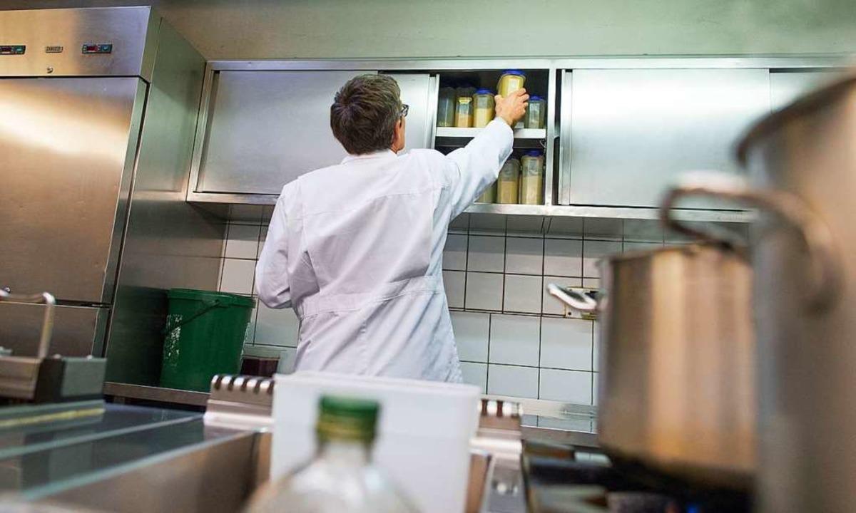 Lebensmittelkontrolleure  überprüfen r...kontrollen die Küchen von Restaurants.  | Foto: Uwe Anspach (dpa)