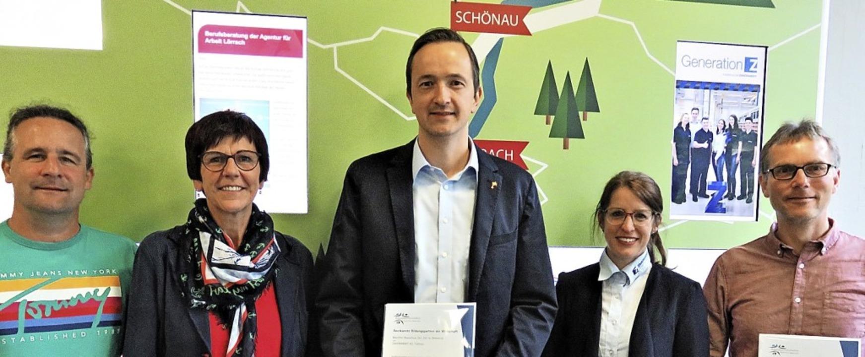 Mit IHK-Urkunde und Kooperationsverein...nsky-AG) und Schulleiter Norbert Asal.  | Foto: Hermann Lederer