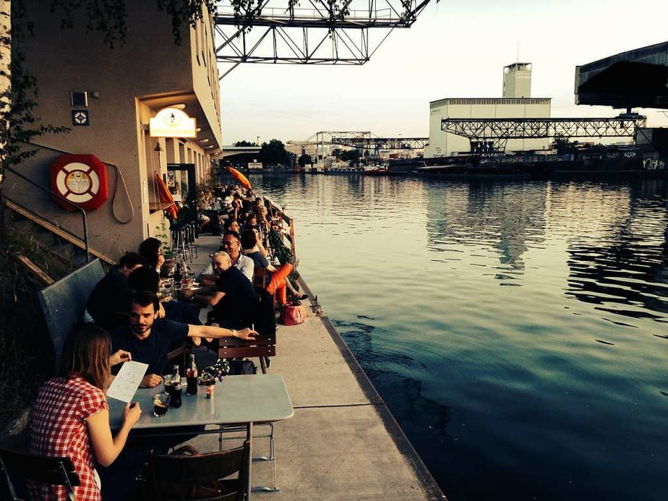 Nicht Hamburg, sondern Basel: Das Restaurant Rostiger Anker direkt am Wasser.   | Foto: Julian Binkert