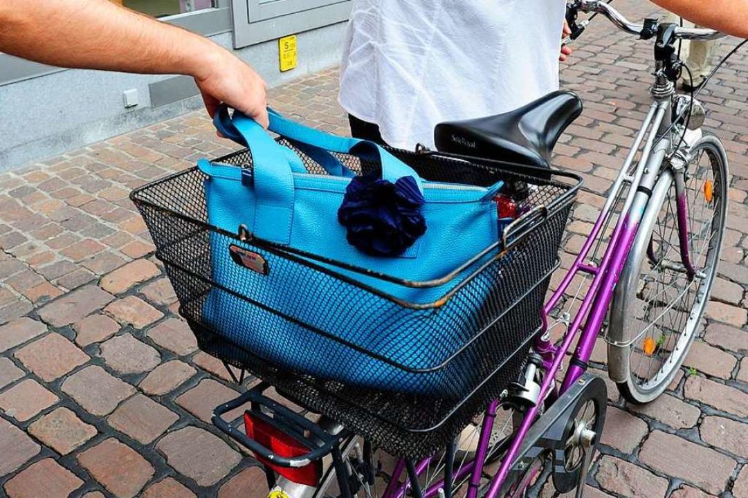 Ein Rollerfahrer stahl einer Frau in L...che aus dem Fachrradkorb (Symbolbild).    Foto: Ingo Schneider