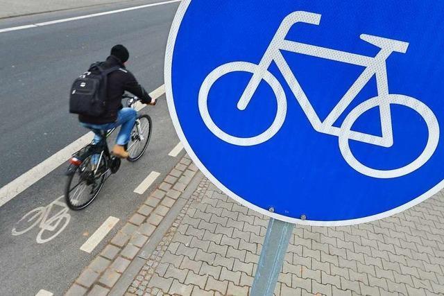 Radfahrer flüchtet, nachdem er mit einer 21-Jährigen kollidiert war
