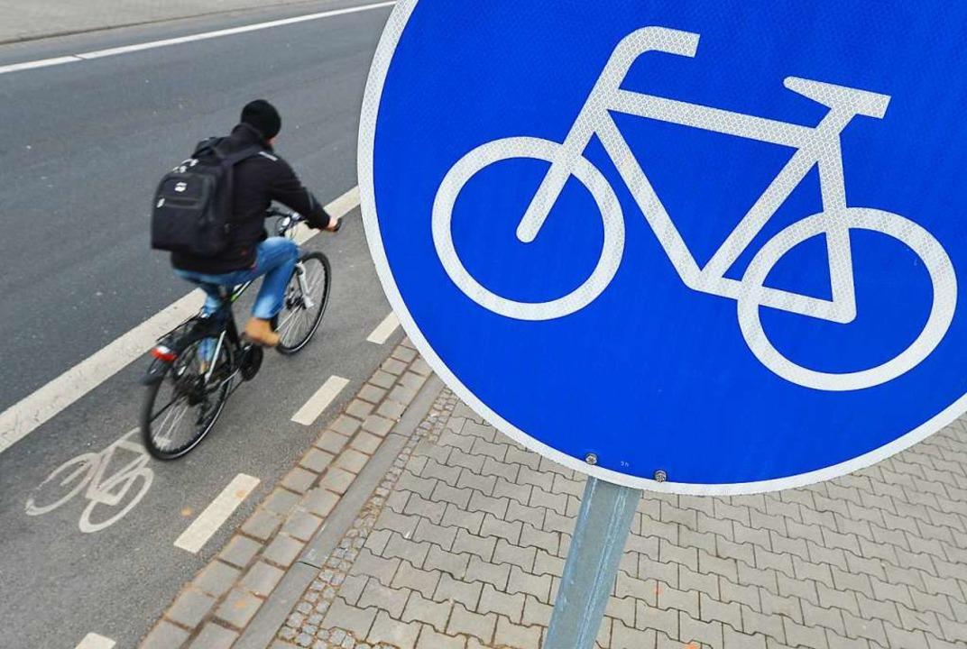 Symbolbild: Ein Radfahrer flüchtete, n... mit einer 21-Jährigen kollidiert war.  | Foto: Arne Dedert