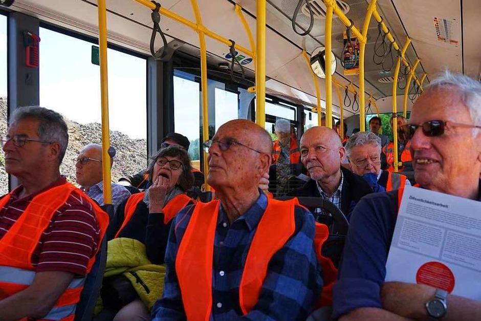 Mit dem Bus ging es zu den einzelnen Stationen der Besichtigungstour. (Foto: Julius Wilhelm Steckmeister)