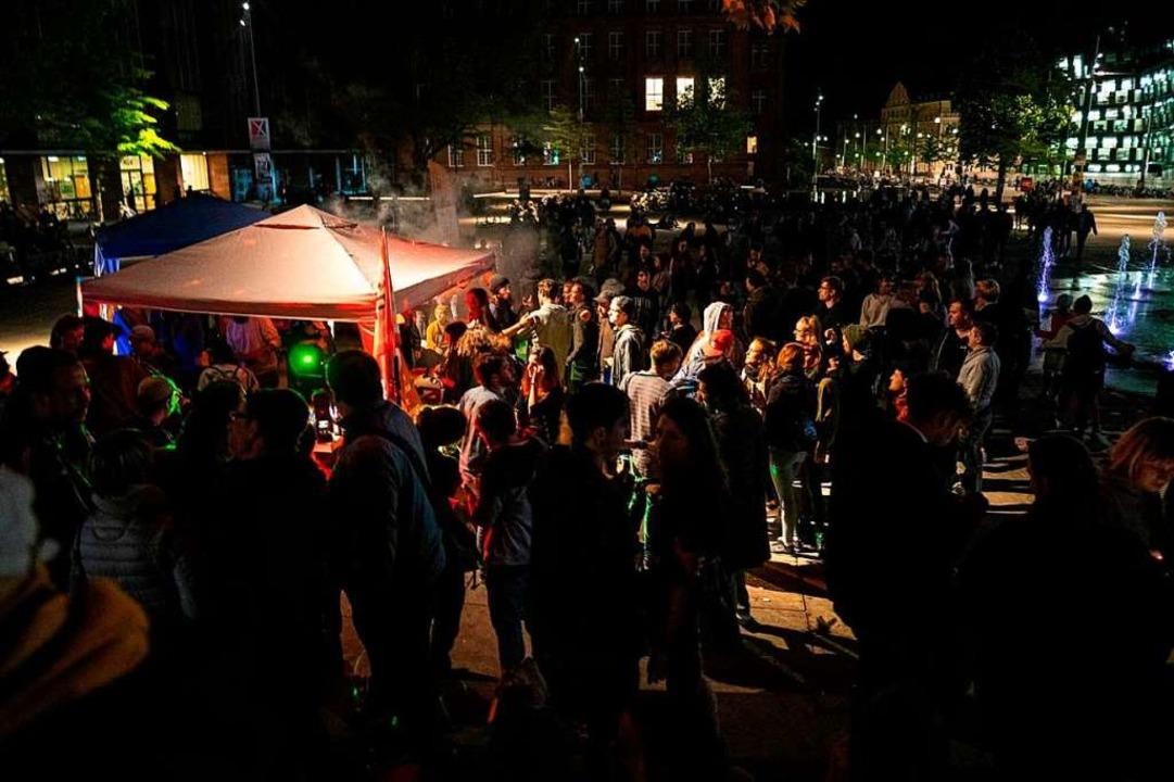 Der Rave der Liste Junges Freiburg auf dem Platz der AltenSynagoge.  | Foto: Moritz Bross