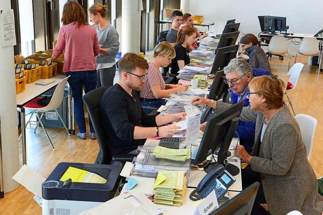 Das Team des Wahlamts hat schon alle Hände voll zu tun.  | Foto: Ingo Schneider