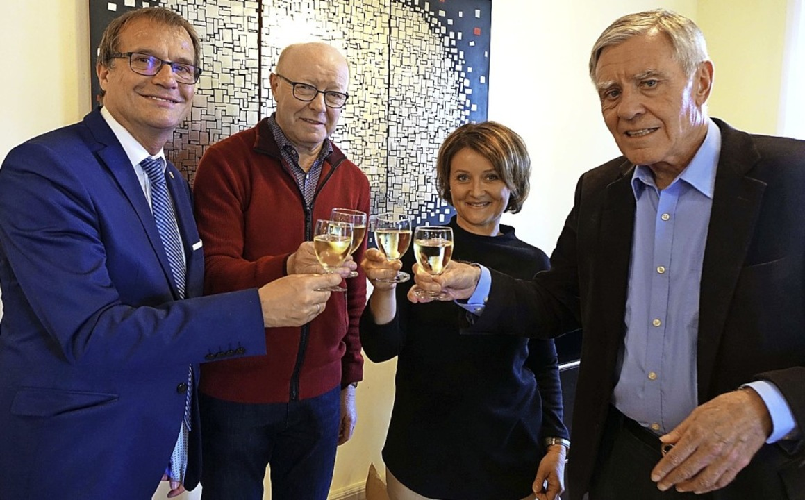 Klaus Eberhardt (v.l.), Norbert Dietri...ich über 30 Jahre Haus Salmegg-Verein   | Foto: Roswitha Frey