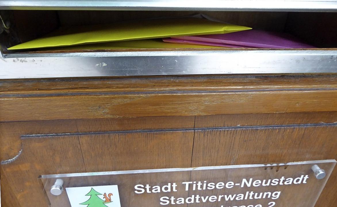 Der Rathaus-Briefkasten  in Neustadt quillt fast über vor Briefwahl-Umschlägen.  | Foto: Peter Stellmach