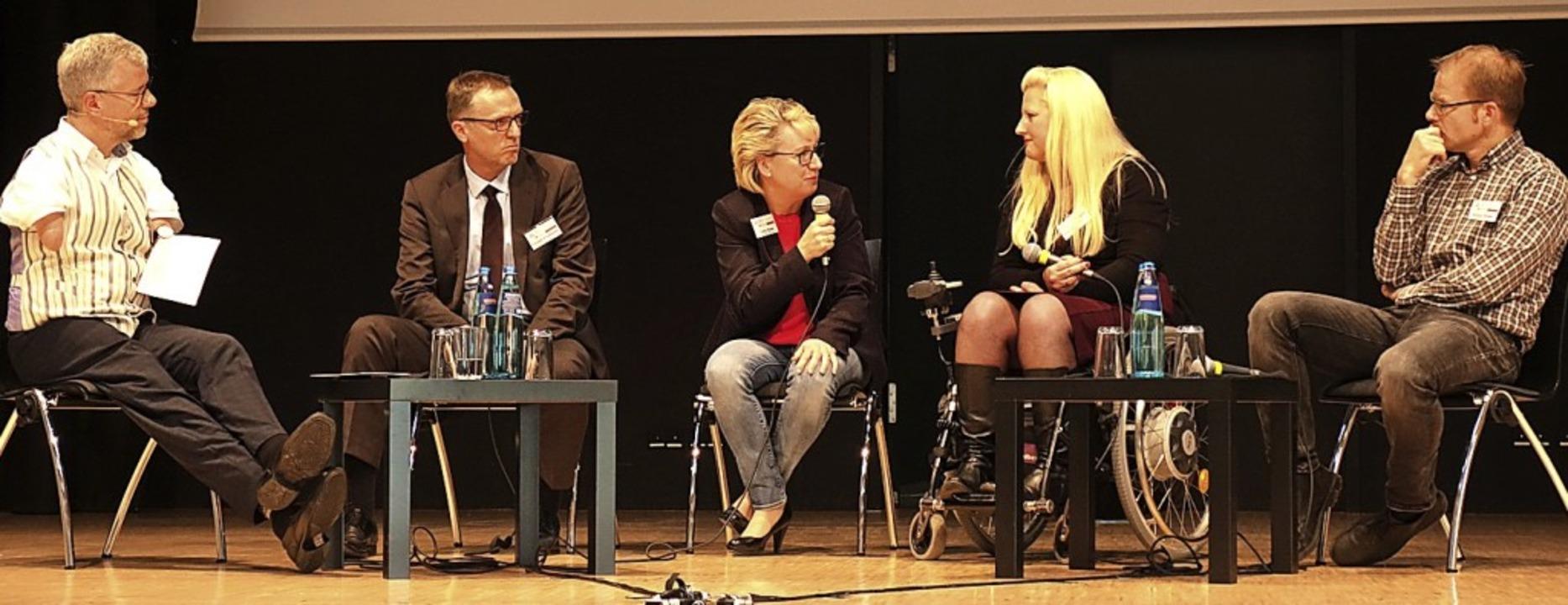 Rainer Schmidt moderierte die Diskussi...ffner und Philipp Riedel (von links).     Foto: Lena Roser
