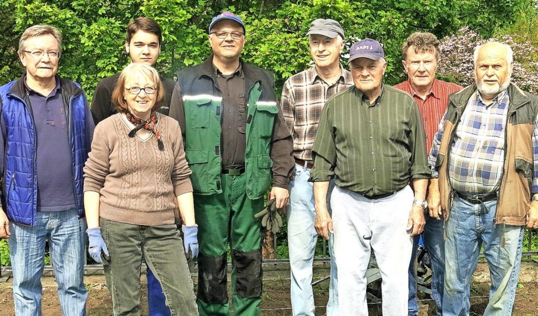 Im Einsatz waren Mitglieder des Freundeskreises Schlosspark Bad Bellingen.   | Foto: Veranstalter