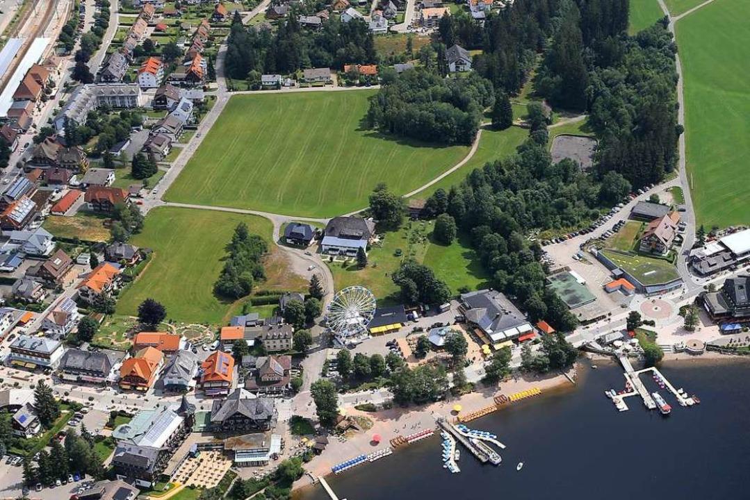 Blick auf Titisee, in der Mitte ist di...ndstücks soll das Hotel gebaut werden.  | Foto: Stadt Titisee-Neustadt
