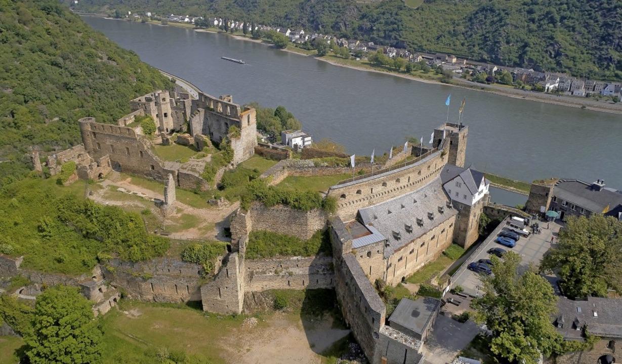 Die Burg Rheinfels mit dem angrenzenden Hotel thront hoch über dem Rhein.   | Foto: Thomas Frey (dpa)