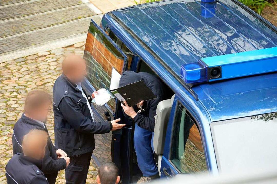 Der Angeklagte Bernhard H. im Hof des Gerichts   | Foto: Ingo Schneider