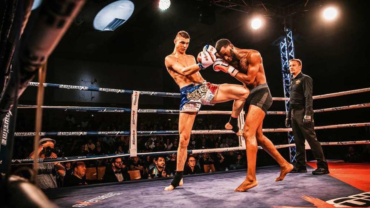 Kickboxer Filip Topic (links) diktiert...inem Jahr verlorenen WM-Titel zurück.   | Foto: Felix Riesch