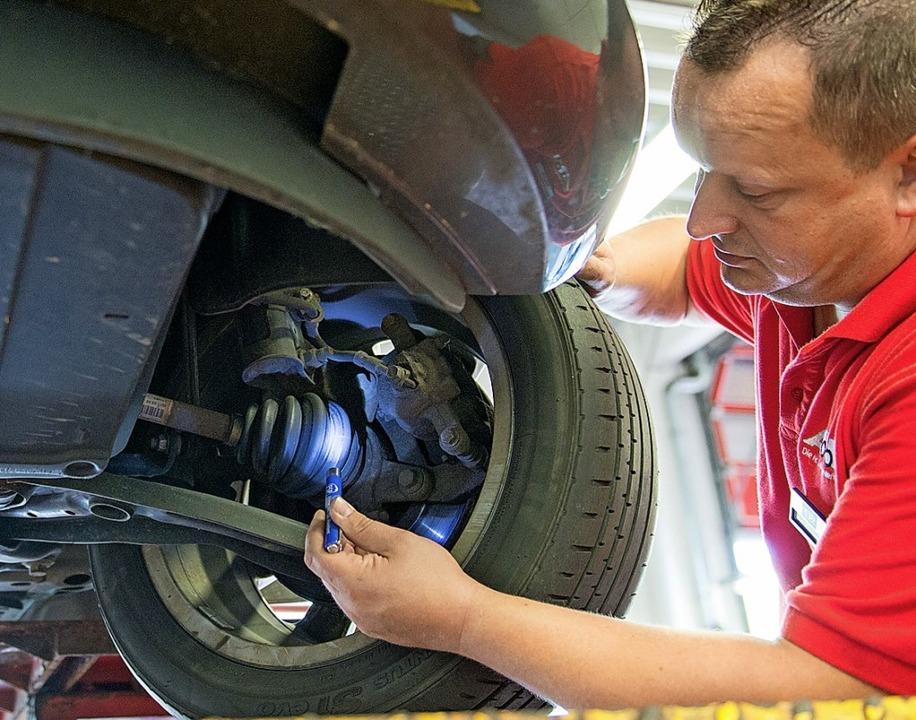 Regelmäßige Wartungen am Auto sind une... auch für Fahrzeuge neuer Hersteller.   | Foto: Inga Kjer (dpa)