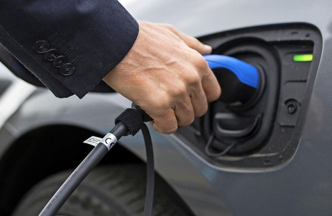 Auf Reisen braucht der Stromer hin und...E-Auto-Fahrer lieber vor der Abfahrt.   | Foto: Florian Schuh (dpa)