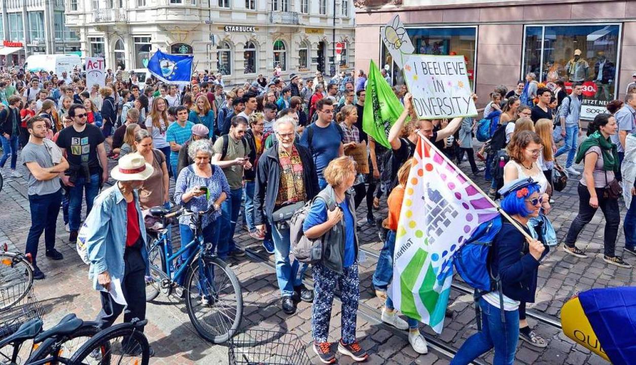 Die Demonstranten ziehen durch die Kaiser-Joseph-Straße.  | Foto: Michael Bamberger
