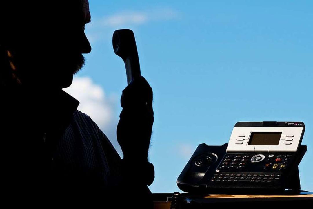 Die Polizei warnt vor falschen Polizisten am Telefon (Symbolbild).  | Foto: Julian Stratenschulte