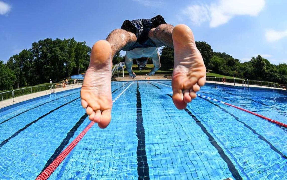 Für viele Badegäste ist der Schwimmbadbesuch ein Kurzurlaub.  | Foto: Arne Dedert (dpa)