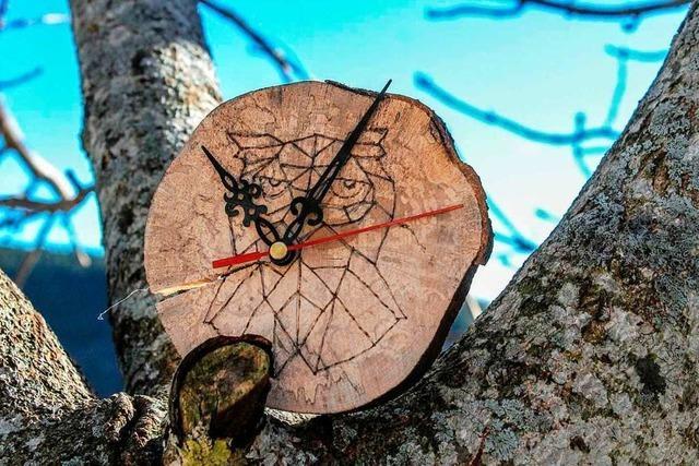 Schönauer Schüler gründen eine Firma für Uhren aus Sturmholz