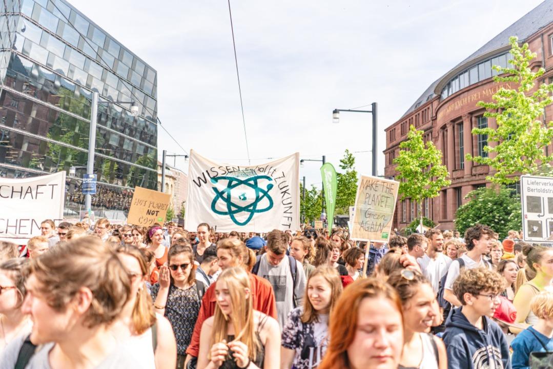 Rund 10.000 Menschen zogen nach überei...steam durch die Freiburger Innenstadt.  | Foto: Fabio Smitka