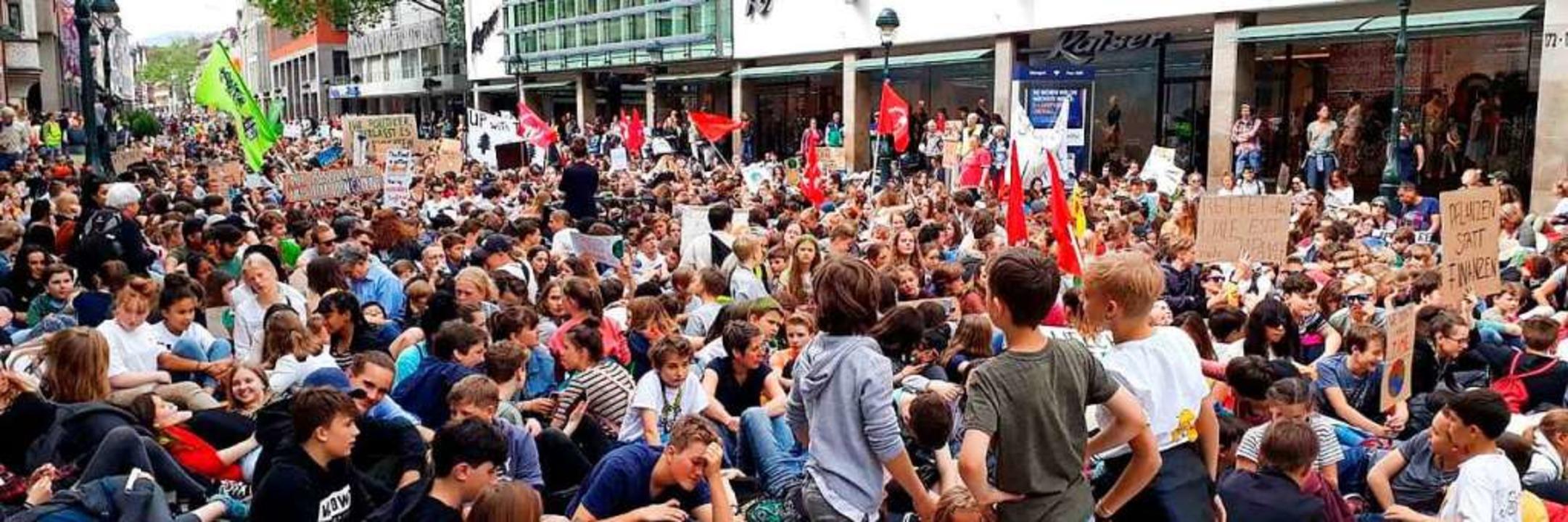 Auf der KaJo machten die Demonstranten einen Sitzstreik.  | Foto: Hannes Selz