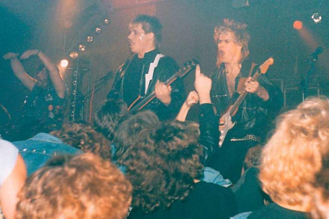 Thomas Zeller (links) und Andy Wolk im Jahr 1986 auf der Bühne in Köndringen.    Foto: Privat