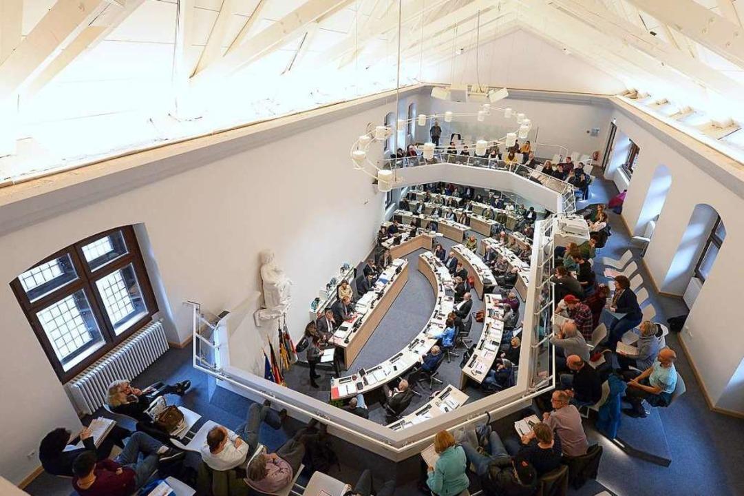 Im Ratssaal sitzen 48 Stadträtinnen un...ontrollieren. Publikum ist willkommen.  | Foto: Ingo Schneider