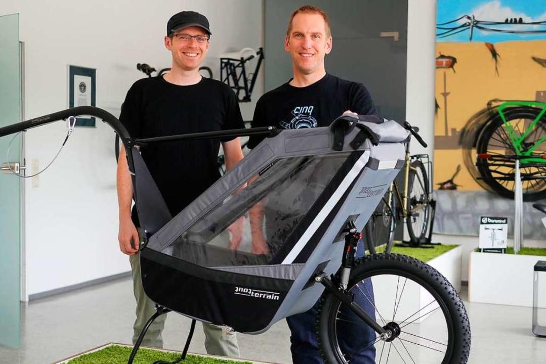 Damian Bradley und Oliver Römer freuen...s Mountainbike-Profis für ihr Produkt.  | Foto: Jannik Jürgens