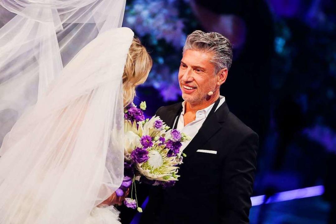 Theresia schreitet im Brautkleid zu ei...rag von ihrem Freund Thomas im Finale.  | Foto: Rolf Vennenbernd (dpa)