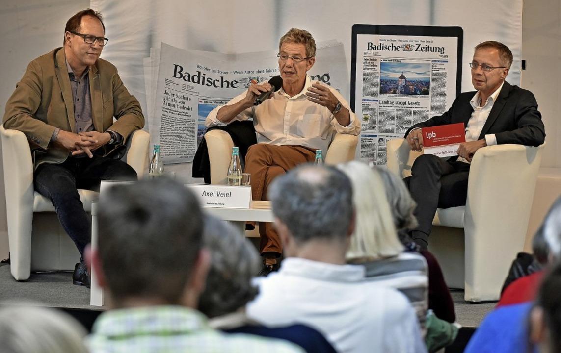 Thomas Fricker, Axel Veiel und Michael...n links) diskutieren über Frankreich.   | Foto: Michael Bamberger