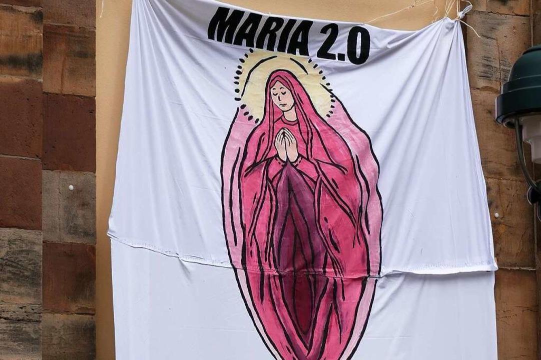 Hängt an der Universitätskirche in Freiburg: Maria 2.0.  | Foto: Fachschaft Theologie