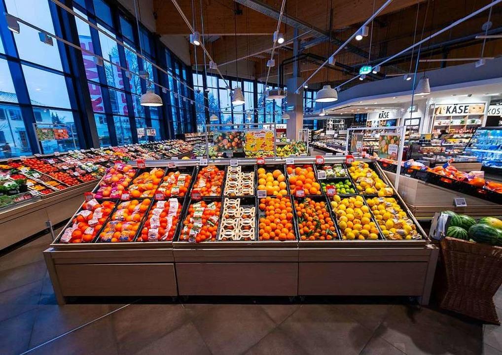 Der Rewe-Markt in der Haltinger Ortsmitte ist bei den Kunden sehr beliebt.  | Foto: ANDREAS SCHUHMACHER