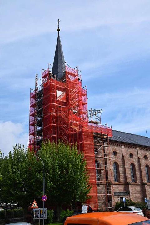 Westfassade und Kirchturm der katholis...rkirche St. Bernhard sind eingerüstet.  | Foto: Stefan Ammann
