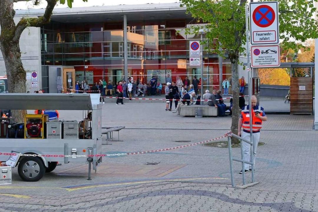 Viele Menschen, die von der Evakuierun...h vor den Schulgebäuden im Freien auf.    Foto: Martin Wunderle