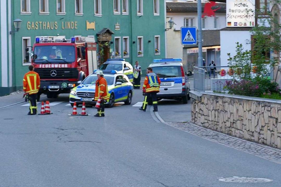 Feuerwehr und Polizei sperrten die Str...dem auch die Löffinger Innenstadt lag.    Foto: Martin Wunderle