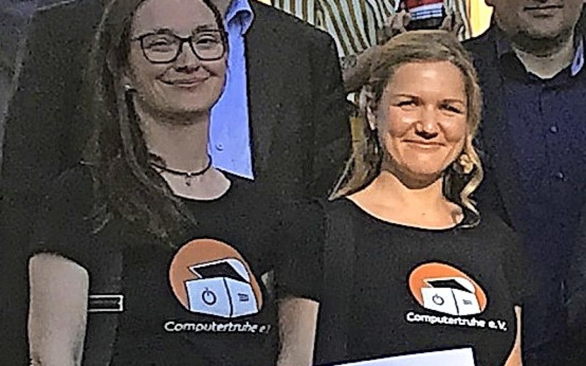 Strahlende Siegerinnen: Die Waldkirche...echts) und Julia Fiedler vom Vorstand.  | Foto: Staatsanzeiger