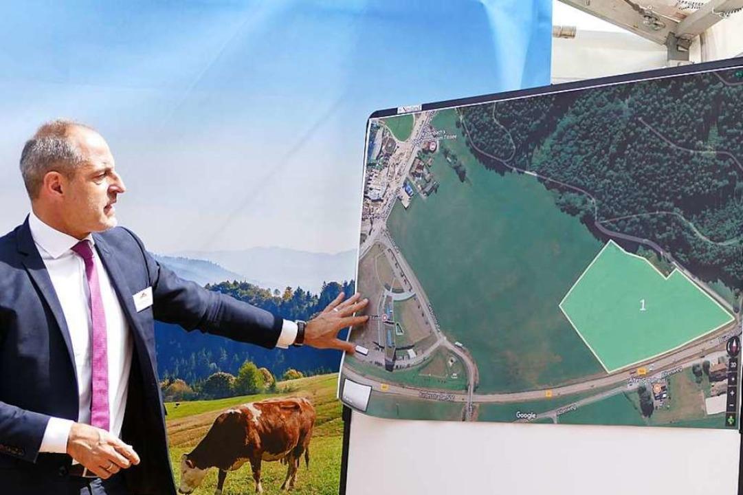 Schwarzwaldmilch-Geschäftsführer Andre... und Badeparadies, oben der Hirschbühl  | Foto: Peter Stellmach