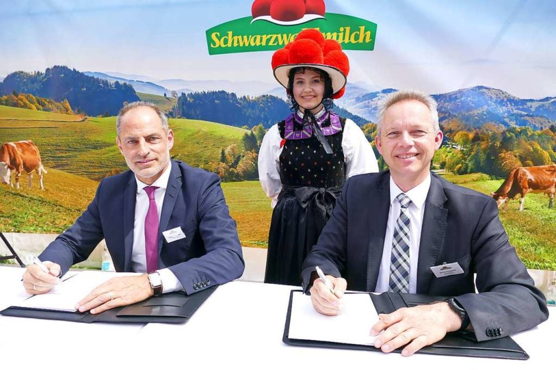 Schwarzwaldmädel Linda Meier schaut Ge...h und Titisee-Neustadt unterschreiben.  | Foto: Peter Stellmach