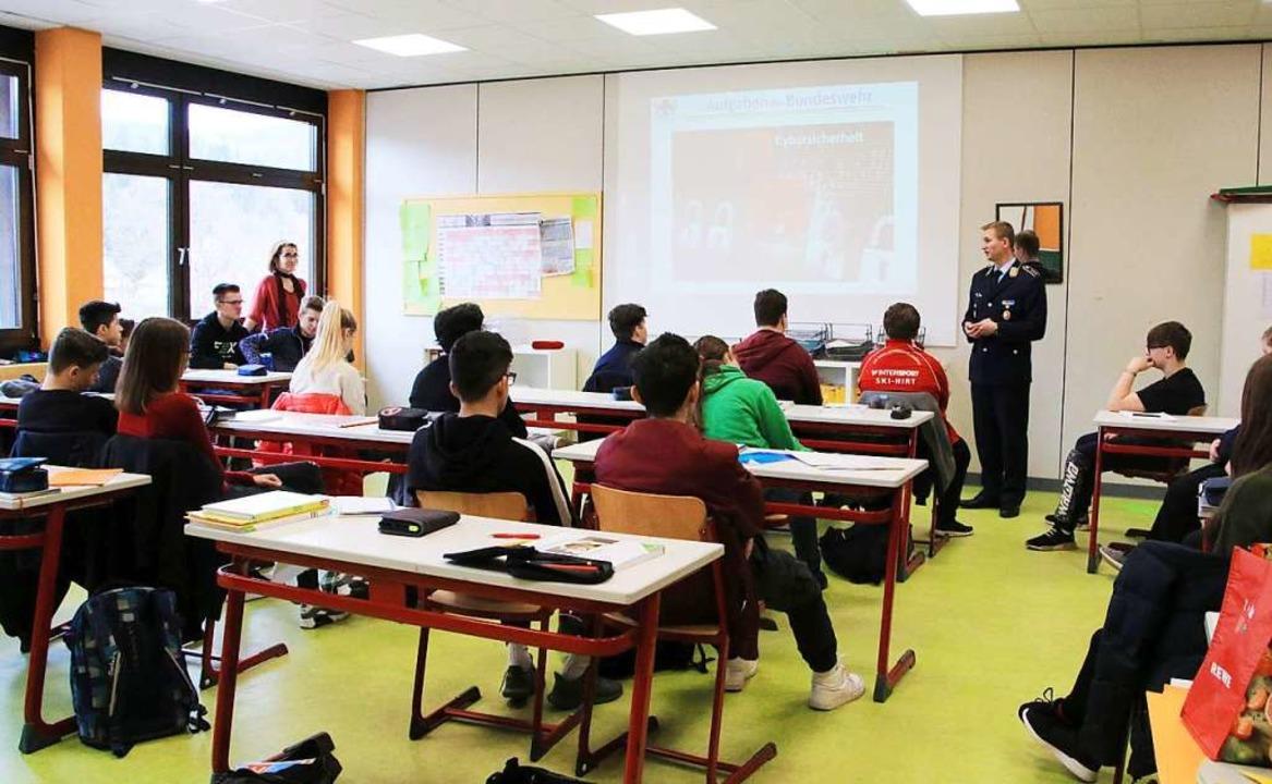 Jugendoffizier Stefan Gram zu Besuch i... der Grund- und Hauptschule Lenzkirch.  | Foto: Steve Przybilla