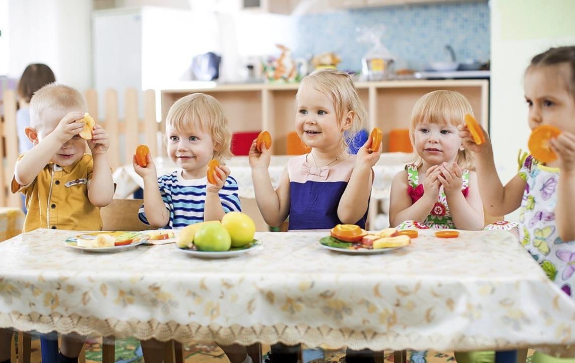 Ein gesundes Bewusstsein für Ernährung wollen viele Kitas den Kindern mitgeben.  | Foto: Andrey Kuzmin (adobe.com)