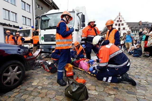 Die Jugendfeuerwehr probt auf dem Münsterplatz den Ernstfall