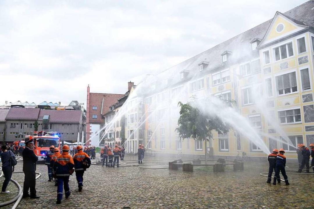 Die Stadtbibliothek wurde mit reichlich Wasser gelöscht.  | Foto: Thomas Kunz