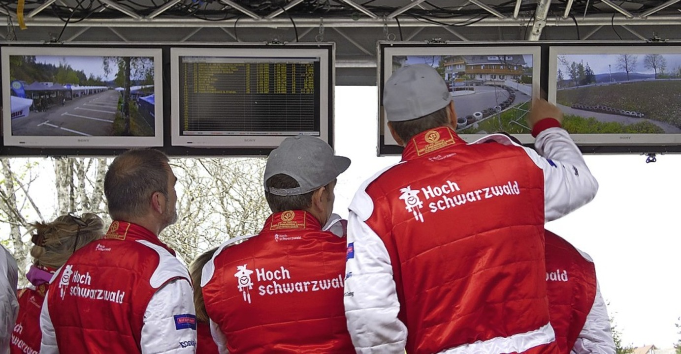 Das Team Hochschwarzwald verfolgt das Rennen an den Monitoren mit.  | Foto: Silas Schwab