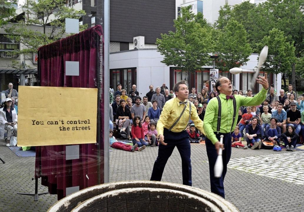 Bernd Schwarte und Fabian Flender sind...m Fritz-Schieler-Platz in Weingarten.     Foto: Thomas Kunz