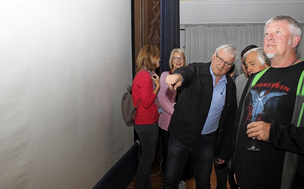 Hermann-Josef Popiolek zeigte den Besu..., jetzt wellige Leinwand des Vereins.   | Foto: Cornelia Liebwein