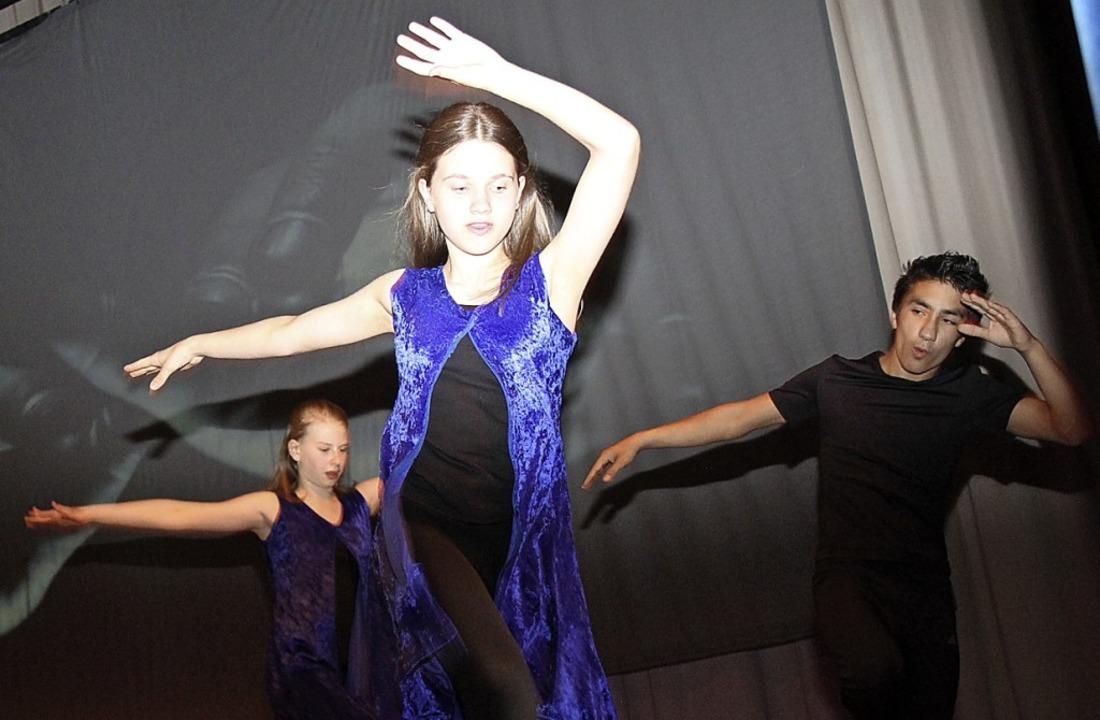 Beeindruckende Choreografie: Der Kampf zwischen Gut und Böse. Das Gute gewinnt.    Foto: Dagmar Barber