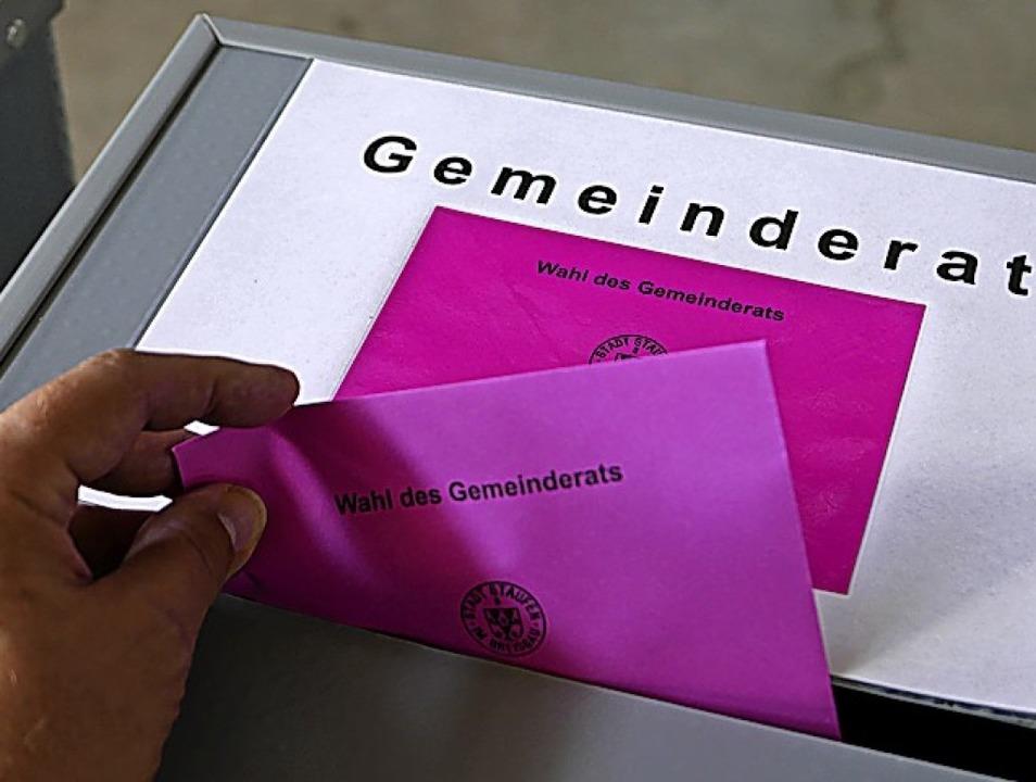 Gleich drei Wahlurnen galt es zu bestücken.  | Foto: Hans-Peter Müller