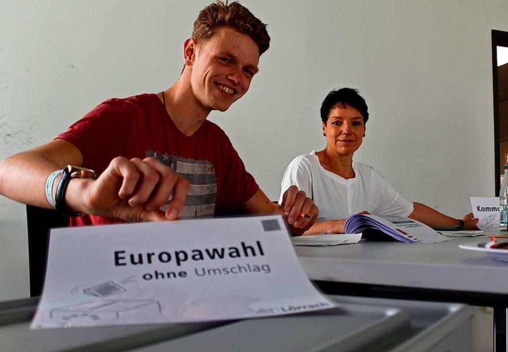 Die Wahlhelfer Tobias Radau und Daniel...sorgen dafür, dass nichts schief geht.  | Foto: Joshua Kocher