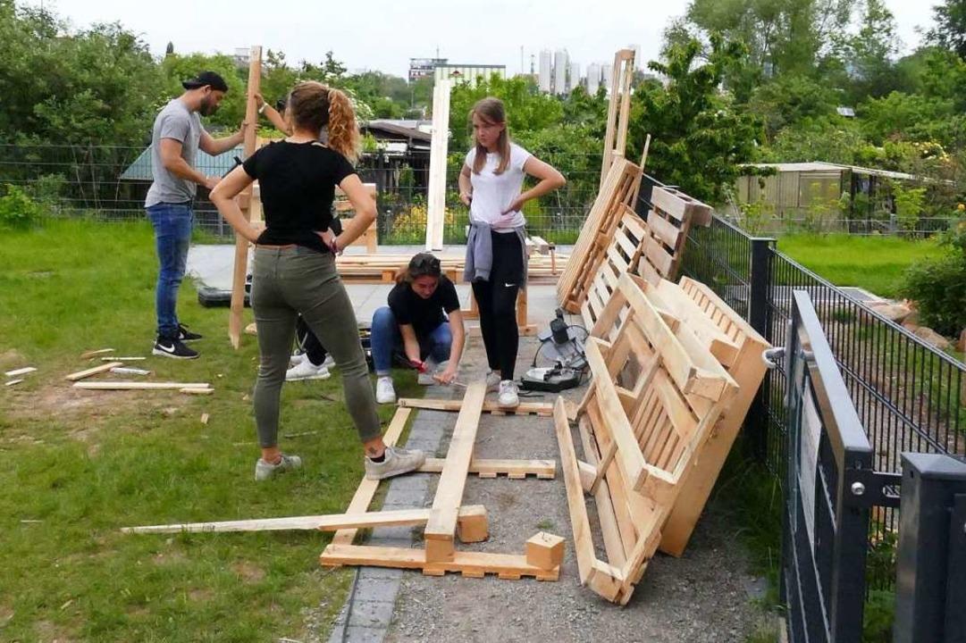 Jugendliche aus Merzhausen und Au baut...lach unter anderem Möbel aus Paletten.  | Foto: Rosa Pult